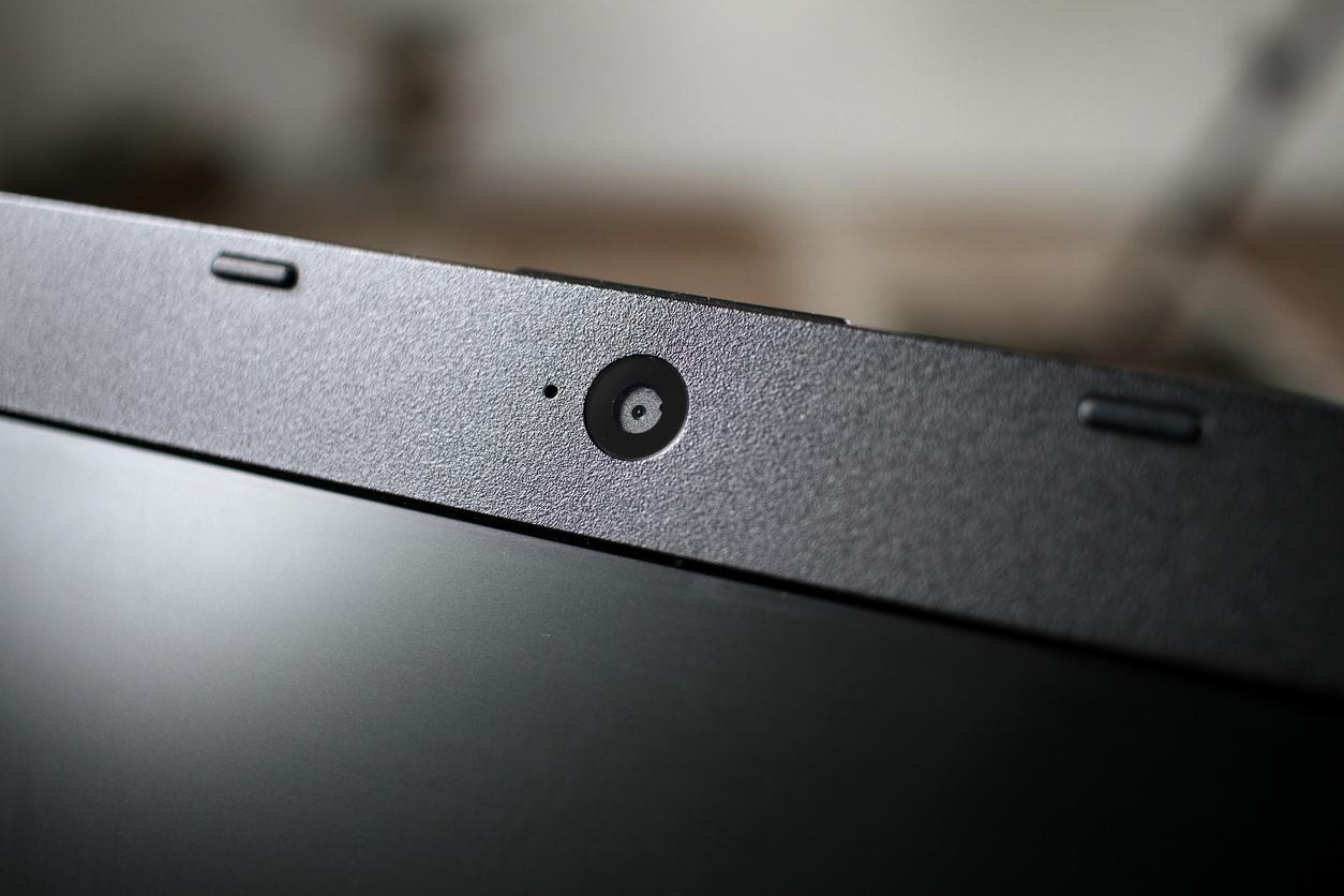 Роскачество порекомендовало пользователям компьютеров и ноутбуков заклеивать веб-камеры и микрофоны