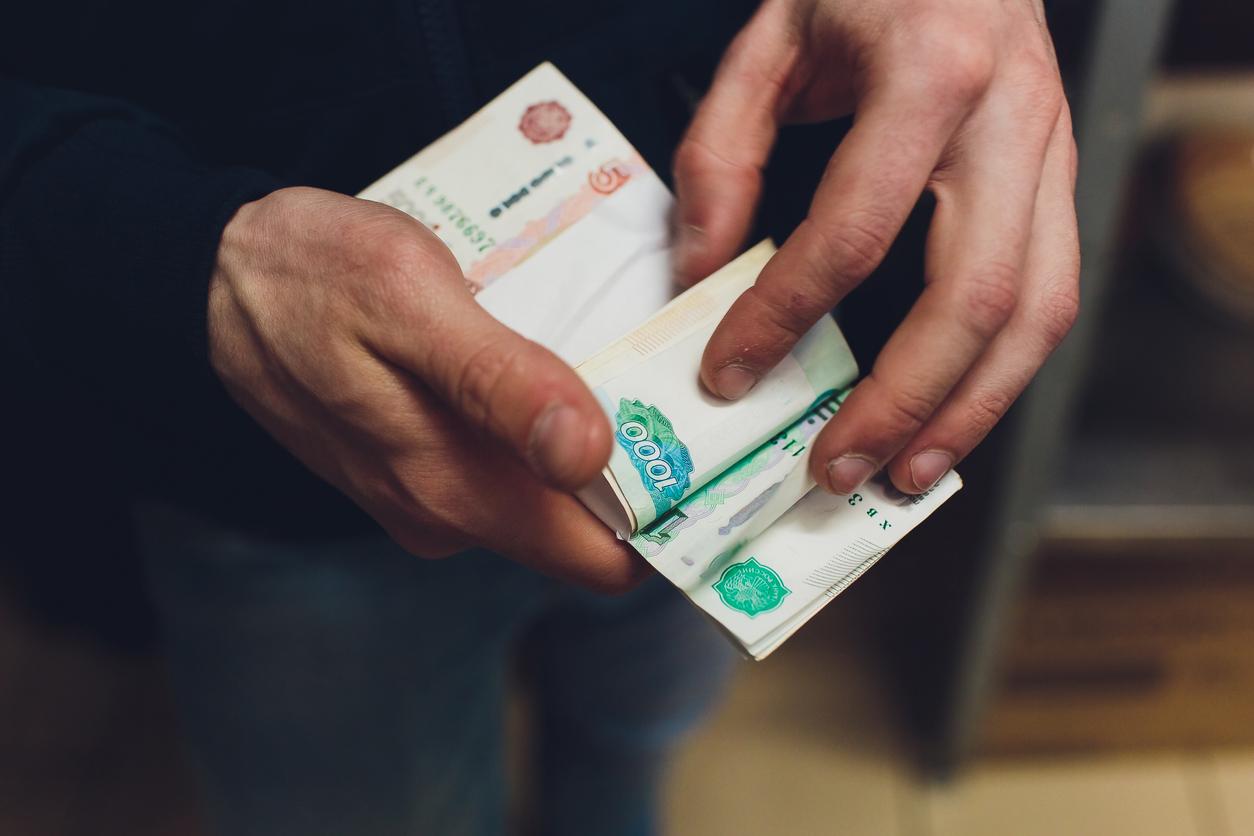 Россияне стали чаще тратить первую зарплату на образование и путешествия, и реже  на алкоголь