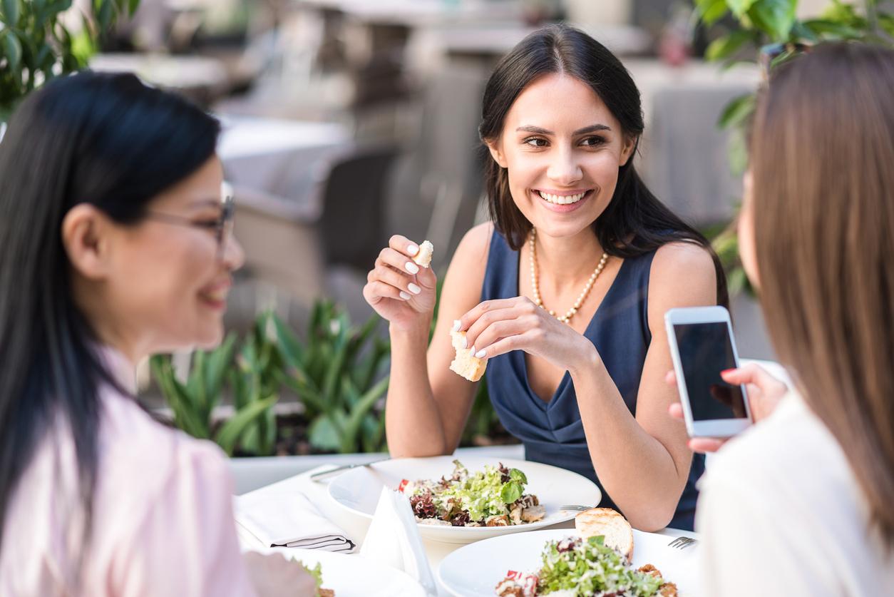 Исследование: обедающие вместе коллеги выбирают похожие блюда, чтобы завоевать доверие друг друга