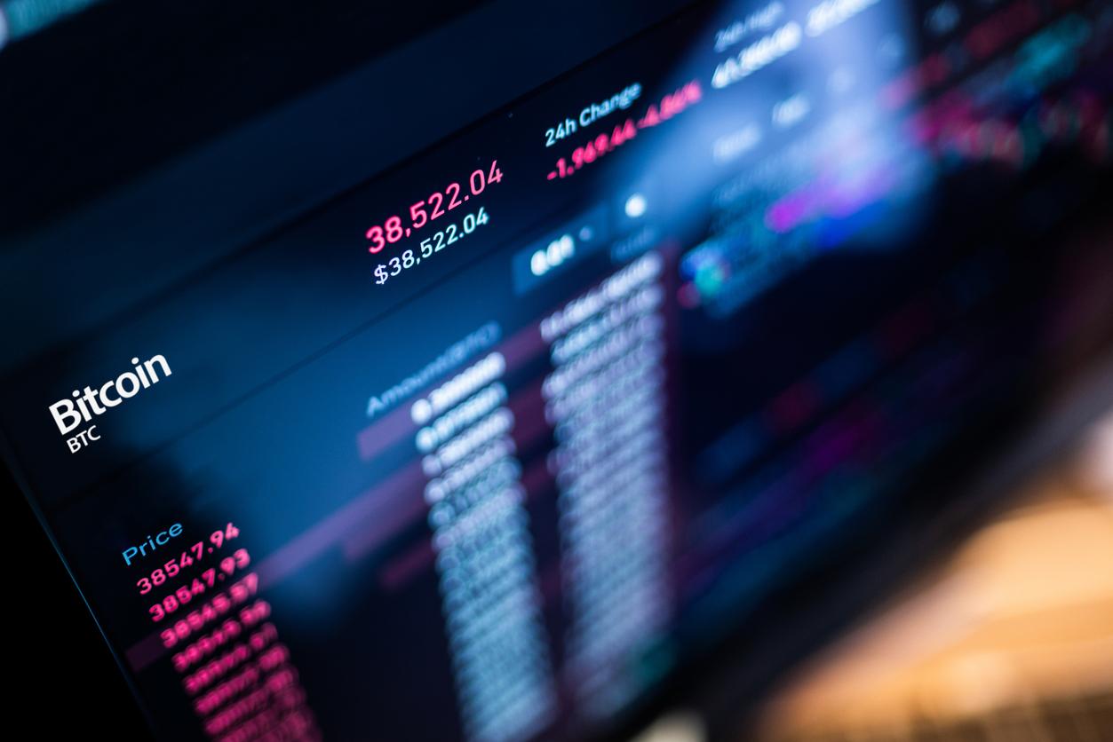 Стоимость биткоина упала ниже $30 тыс. впервые за полгода