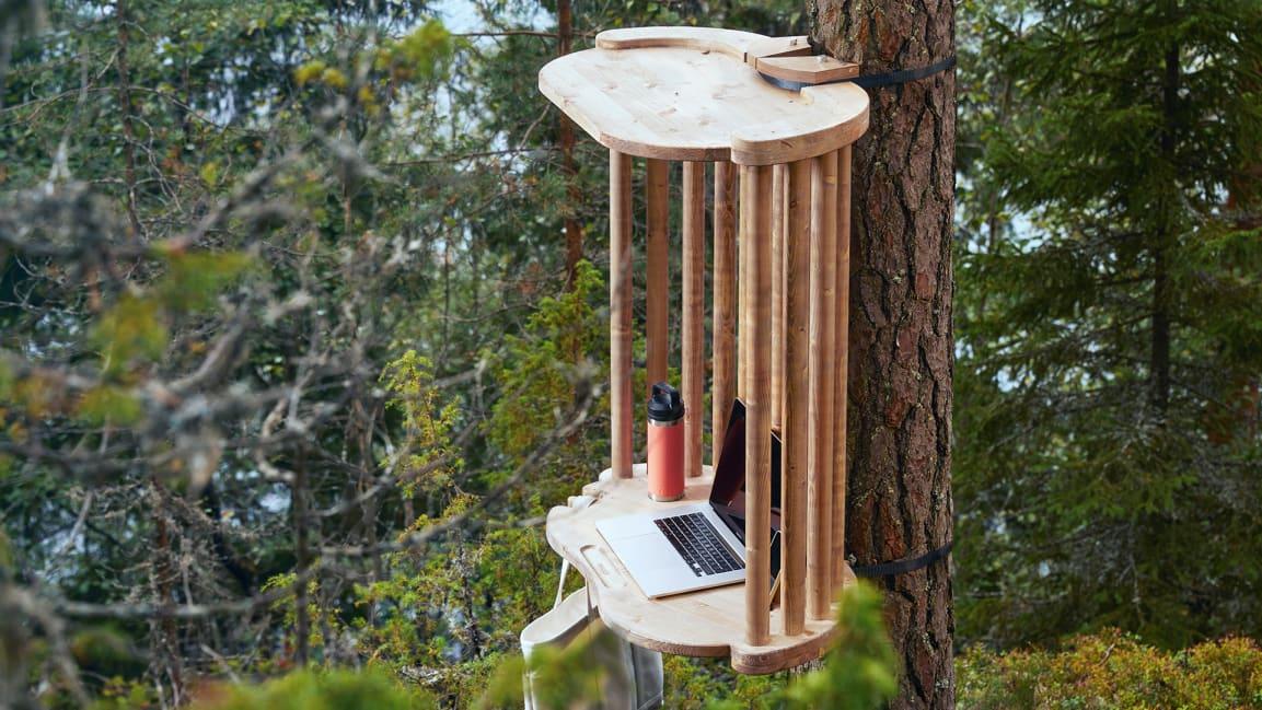Финские дизайнеры создали офисы для удаленной работы на деревьях посреди леса