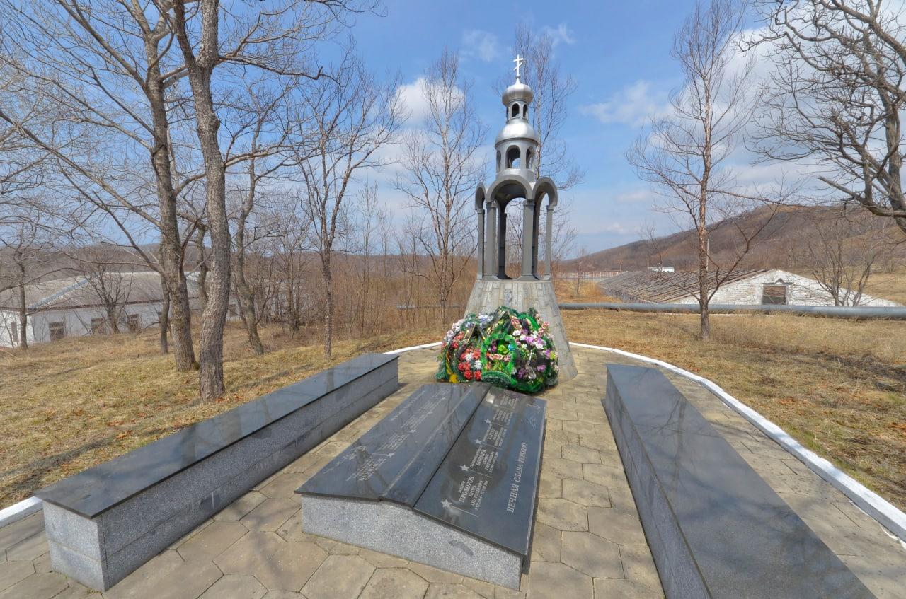 Погибшие во время катастрофы в Чажме похоронены на мысе Сысоева, в расположении предприятия ДальРАО, которое хранит твердые радиоактивные отходы (ТРО) ТОФ и перерабатывает жидкие радиоактивные отходы  (ЖРО) флота.