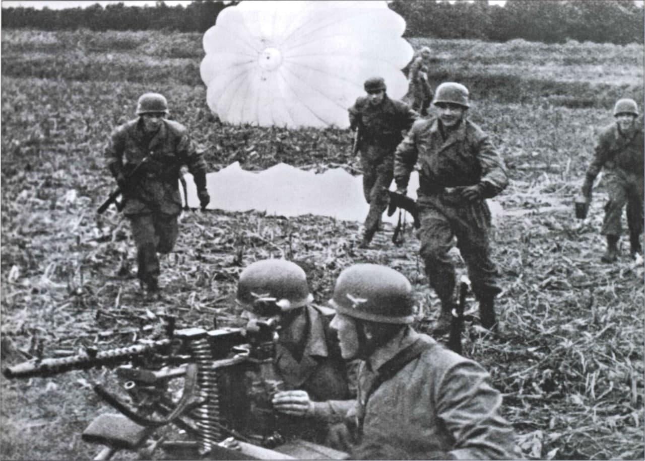 Немецкие парашютисты после высадки. Источник: I. M. Baxter, R. Volstad. Fallschirmjuger. German Paratroopers from Glory to Defeat 1939–1945