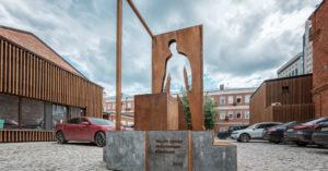В Даниловском районе установили первый в мире памятник курьеру
