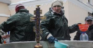 Москвичке в храме не давали набрать святой воды в свою тару