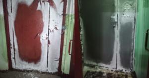 Чтобы выйти из дома, жители Перово по утрам героически выбивают дверь