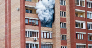 Рабочий поджег квартиру, которую ремонтировал — сгорело на миллион рублей
