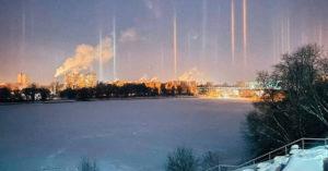 Над Москвой заметили световые столбы