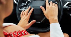 Почти 70% москвичей считают, что женщины водят автомобиль аккуратнее мужчин