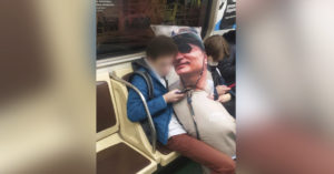 В метро заметили парня с огромной подушкой с фотографией Путина