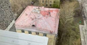 В Лефортово суточным дождем смыло свежую краску с крыши четырехэтажного дома
