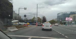 Из-за реконструкции на проезжей части проспекта Андропова оказался столб с трамвайными проводами