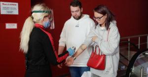 В «Атриуме» мужчина начал угрожать администратору кинотеатра ножом после просьбы надеть маску