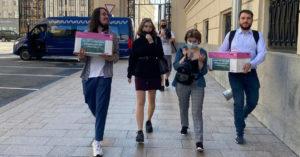 Активисты отнесли в мэрию коробки с 10 тысячами подписей против застройки бульвара в Ясенево