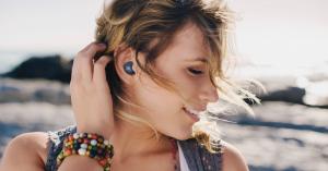 Музыка, подкасты, аудиосериалы: что слушать летом 2021 года