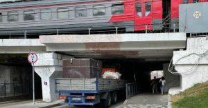 В Москве намечается свой «мост глупости»: у Курского вокзала застряла фура