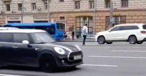 Рожденный в рубашке: парень решил перейти трассу смерти — Кутузовский проспект