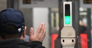 Первые пассажиры уже платят за проезд в метро лицом — им все нравится