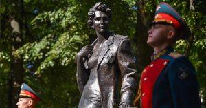 Посмотрите, какой памятник женам офицеров открыли в Екатерининском парке