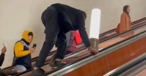 Зачем стоять в очереди: в метро заметили мужчину, который карабкался между эскалаторами