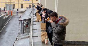 У МДМ на Фрунзенской перед входом в «Макдоналдс» теперь импровизированная барная стойка