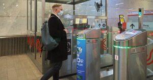 Оплативших проезд в метро лицом пассажиров приняли за безбилетников