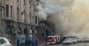 Пожарные не могут потушить огонь в дореволюционном доме на 1-й Тверской-Ямской