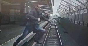 Появилась фотография прыгающего под поезд парня, которого спас вовремя затормозивший машинист