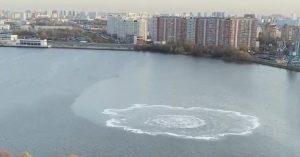 Конспирологам на радость: на Москве-реке появились странные круги