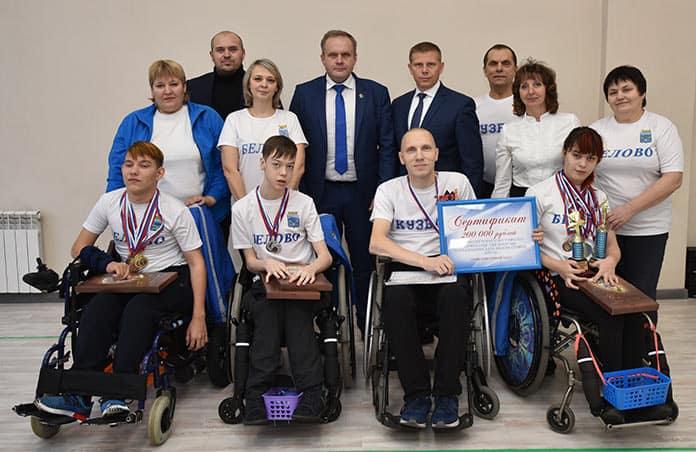 В День 80-летия Белова Алексей Курносов вручил инвалидам сертификат на 200 тысяч рублей
