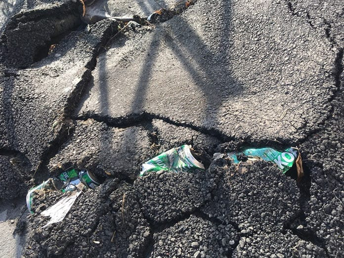 В Белове дорожные строители уложили асфальт поверх мусора