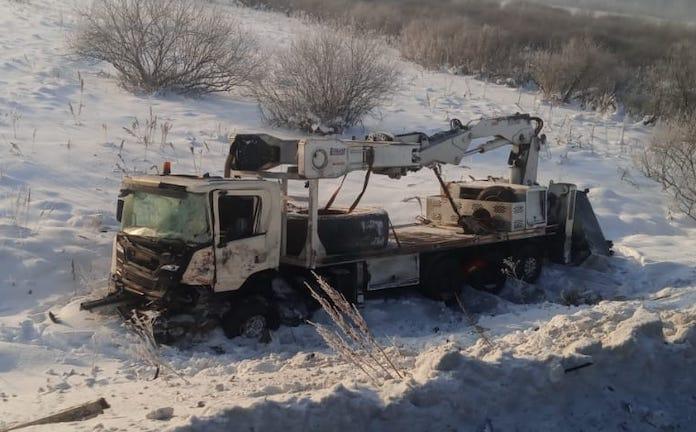 5 декабря автокран и углевоз столкнулись на объездной дороге Новокузнецка. У «Тонара» оторвало кабину