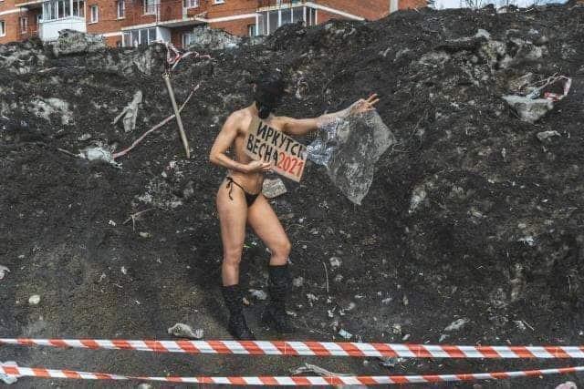 Жительница Иркутска обнаженным телом привлекает внимание общественности к городским проблемам
