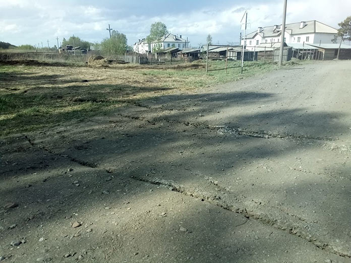 Глубокие трещины появились на земле поселка станции Проектная Беловского района