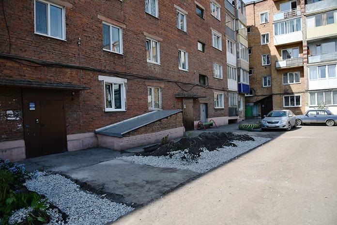 Реконструкция дворовых территорий в Белово, май 2020