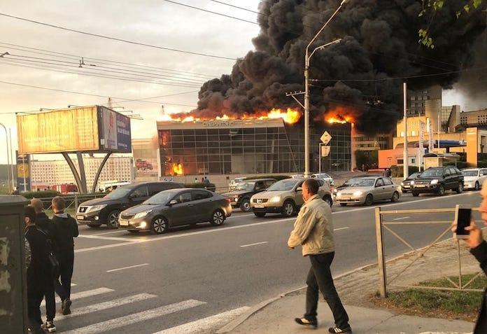 В Кемерово горит автосалон 20 мая 2019 г