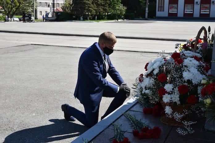 В Белове возложили цветы к мемориалу воинам-беловчанам, погибшим в годы Великой Отечественной войны, 9 мая 2020 г