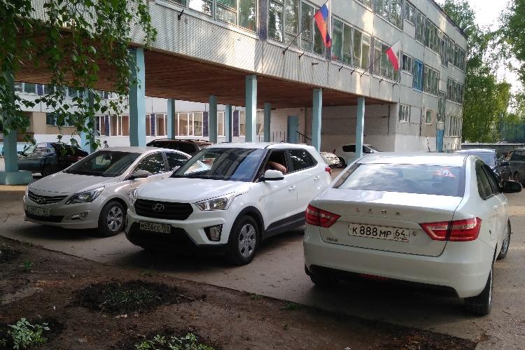 В Балакове на территории школы устроили автостоянку