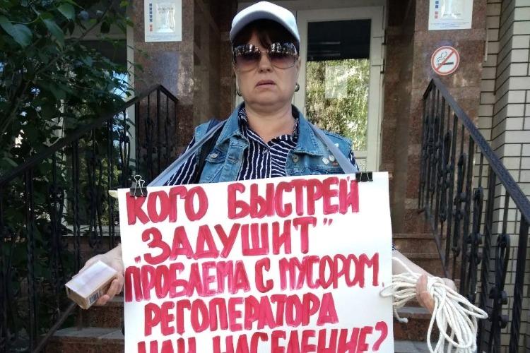 С веревкой и мылом. Надежда Познякова пикетирует в Балакове офис мусорщиков