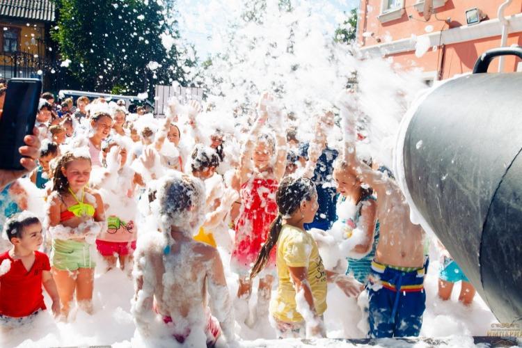 Фестиваль клубники обещает насыщенную двухдневную программу с пенной вечеринкой