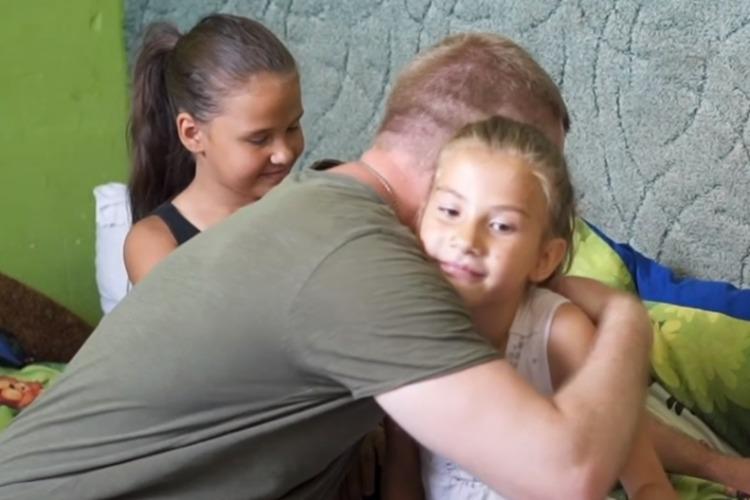 Семья ежемесячно тратит 30 тысяч на благотворительность. Видео
