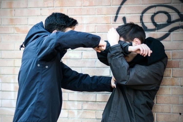 В Балакове два парня избили и ограбили подростка