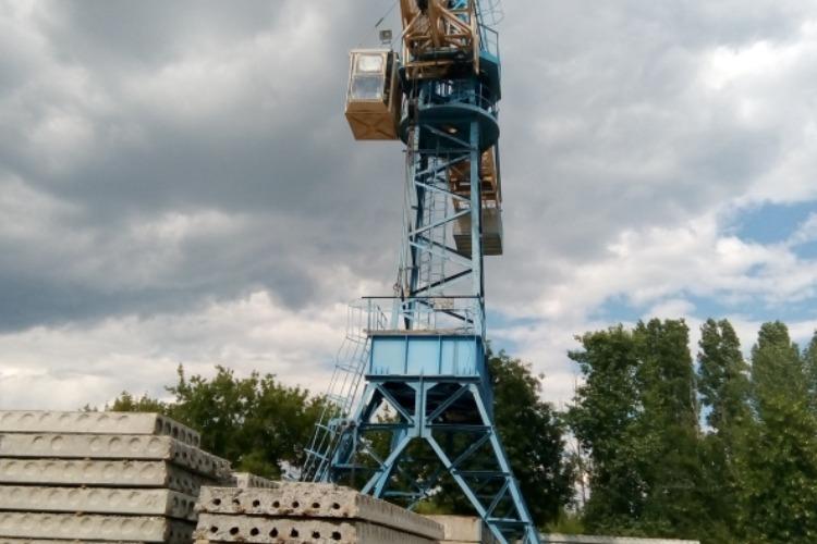 Судебный пристав опечатал башенные краны на 65 суток