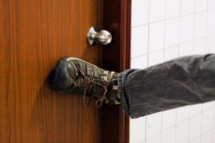 Пьяные приятели выбили ногами дверь и украли телевизор