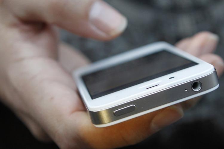 19-летняя девушка зашла к мужчине в гости и украла телефон