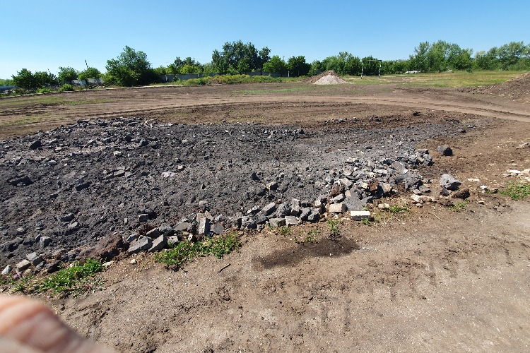 В поселке Ивановка камазами ссыпают мусор и шлак