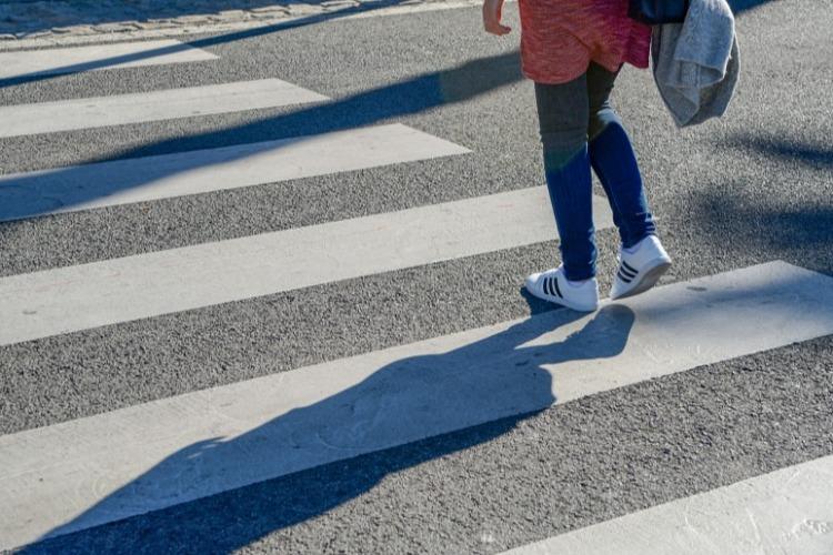 Переходить улицы стало опасно! 11-летнюю девочку сбили на зебре средь бела дня