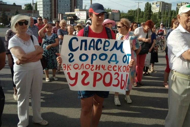 Митинг против реинкарнации завода в Горном добрался до ступенек мэрии Балакова