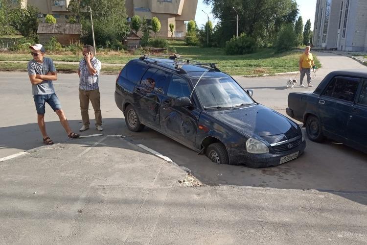 В Балакове автомобиль провалился в нестабильный асфальт
