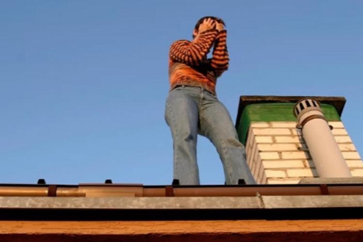 В Балакове спасатели сняли с крыши подростка
